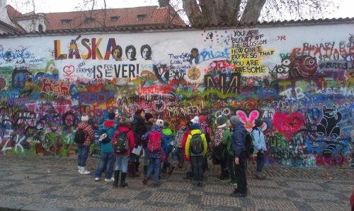 Lenonova zeď a obří platan v pozadí