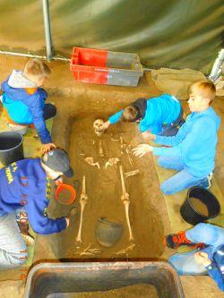 ...odkrýváme hrob...
